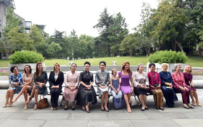彭丽媛同二十国集团外方代表团团长夫人参观中国美术学院1.jpg