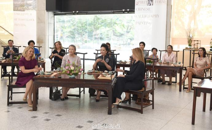 彭丽媛同二十国集团外方代表团团长夫人参观中国美术学院2.jpg