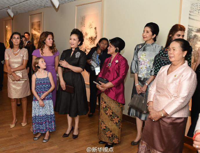 彭丽媛同二十国集团外方代表团团长夫人参观中国美术学院3.jpg
