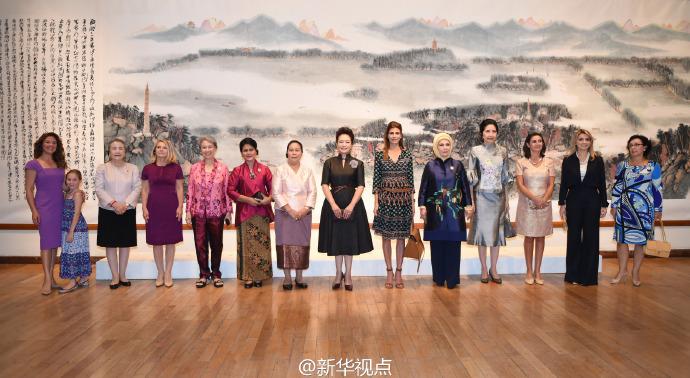 彭丽媛同二十国集团外方代表团团长夫人参观中国美术学院4.jpg