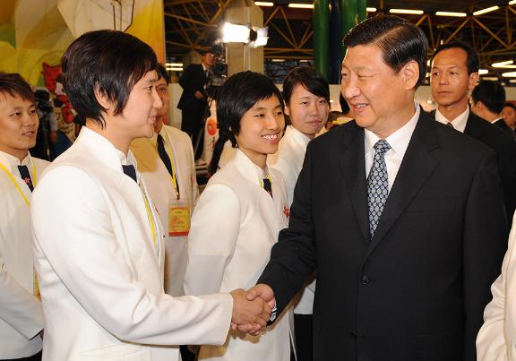 图:时任国家副主席的习近平来港视察马术比赛场地,并与香港运动员代表见面.png