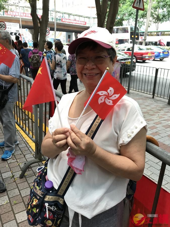 全媒体记者陈卓康报道:29日中午,国家主席习近平乘坐的专机抵达香港。今日午时烈日当空,香港气温达摄氏31度。在习主席下榻的位于湾仔的酒店附近一带,大批市民一早到场迎接。.jpg