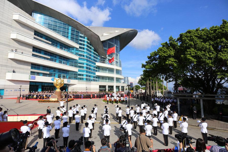 香港回歸20周年升旗儀式舉行 逾2400人出席.jpg