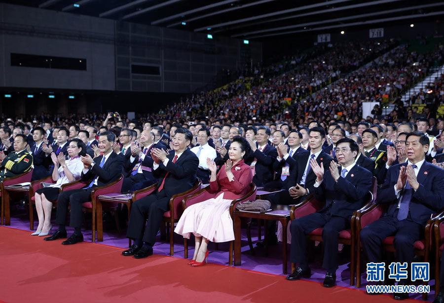 6月30日晚,中共中央总书记、国家主席、中央军委主席习近平在香港会展中心观看《心连心·创未来》庆祝香港回归祖国20周年文艺晚会。新华社记者 鞠鹏 摄.jpg
