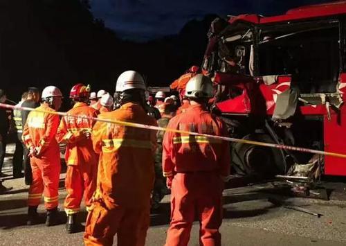 成都赴洛阳客车在秦岭隧道撞墙壁 已致36死5.jpg