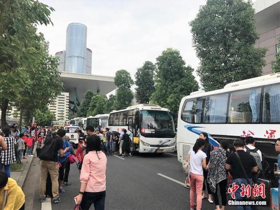两个香港旅行团40人从九寨沟返回香港.jpg