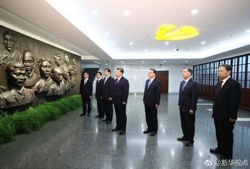 习近平和中央政治局常委集体瞻仰中共一大会址.jpg