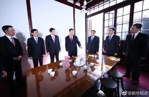 习近平和中央政治局常委集体瞻仰中共一大会址1.jpg
