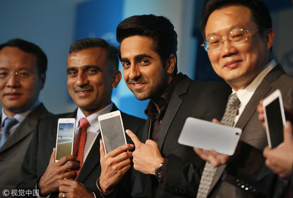 美国记者问印度乘客用啥手机,获答清一色中国品牌.jpg