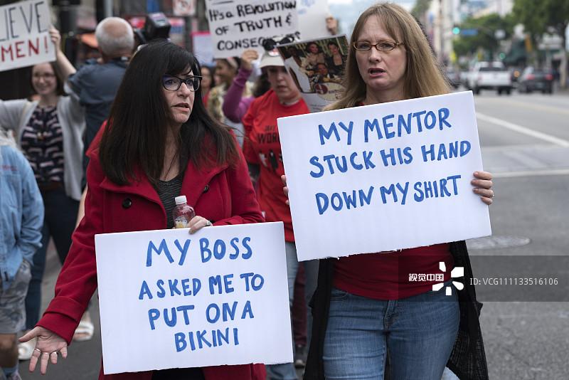好莱坞爆发反性侵游行,示威牌有亮点2.jpg