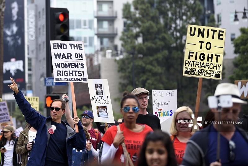 好莱坞爆发反性侵游行,示威牌有亮点3.jpg