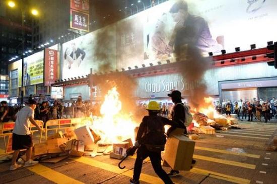 香港旺角再有非法聚集及堵路警方