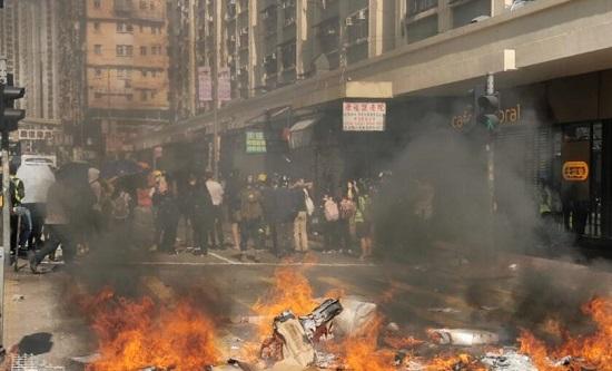 """示威者强迫全港""""三罢""""有暴徒抢枪被击中"""