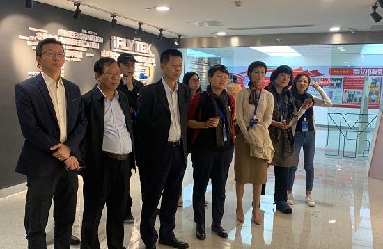 港澳媒体采访团成员在科大讯飞了解人工智能发展.jpg