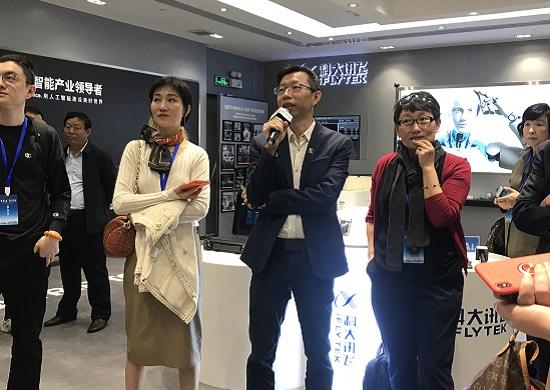 港澳媒体团记者在体验科大讯飞的语音识别产品.jpg