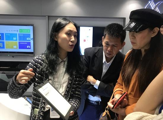 科大讯飞工作人员介绍最新的语音识别产品.jpg