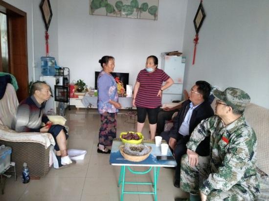 """爱心人士""""格桑""""对李老兵的继续治疗、护理等需要注意和配合的地方,向病人、家属提出建议.jpg"""