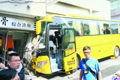 澳门旅游大巴事故后续:被撞楼宇结构稳定