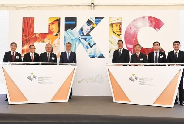 司长陈茂波(左四)与发展局局长黄伟纶(右四)及其他嘉宾主持香港建造学
